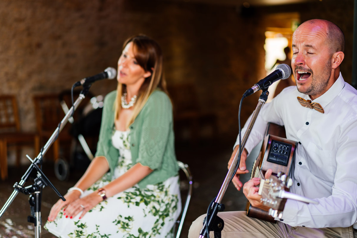 mango acoustic duo singing during the drinks reception
